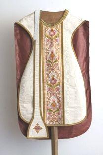 2 stola's in beige moiré, borduursel en goudgalon en met christusmonogram