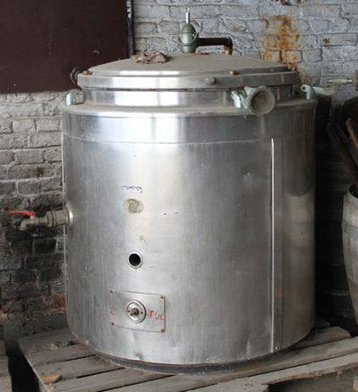 Dikwandige ketel om de inhoud van potten, blikken en flessen te pasteuriseren.