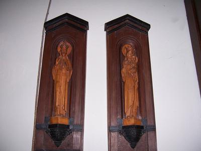 Twee nissen met beelden voorstellende Maria met kind en Christus Koning