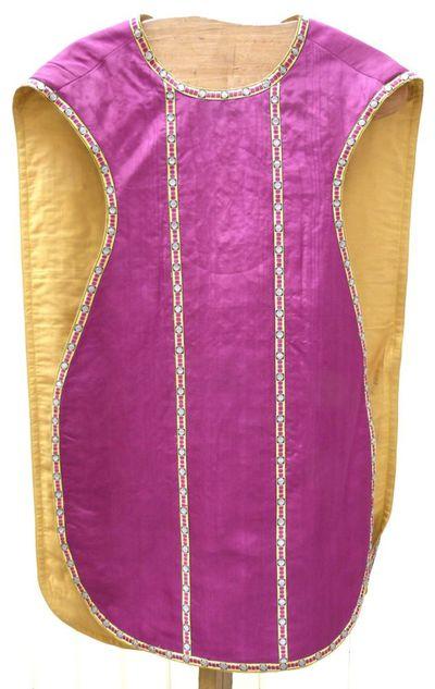 kazuifel in violetkleurige moiré, zijde gouddraad en borduursel