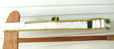 stola in witte zijde en groen met goudgallon