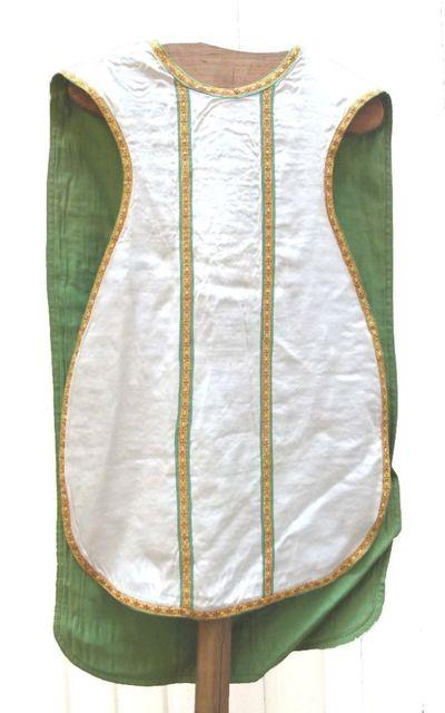 kazuifel in ecru zijde en groene katoen en met christusmonogram geflankeerd door alpha en omega