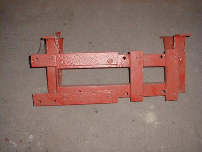 Metalen constructie om de motor te ondersteunen