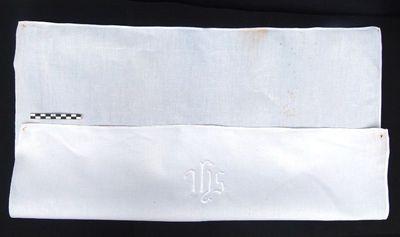 1 kelkdoek - absolutiedoekje in linnen en geborduurd IHS opschrift: