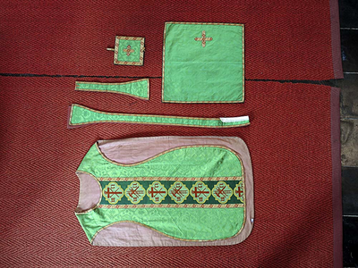 groen gewaad: kazuifel, priesterstola, manipel, bursa, kelkvelum