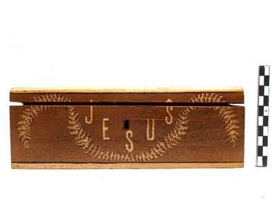 houten doos met als inhoud 2 sleutels