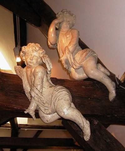 Anoniem, engel of putto afkomstig uit de oude kapel van de Grauwzusters, s.d., wit gepolychromeerd hout.