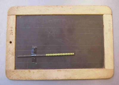 Anoniem, lei en griffel, s.d., leisteen, hout.