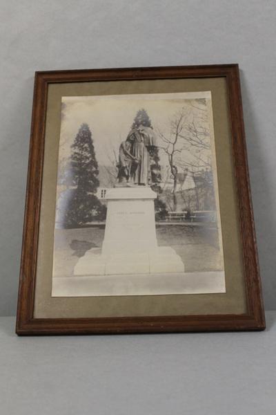 Foto van het standbeeld van Pater Damiaan van Constantin Meunier