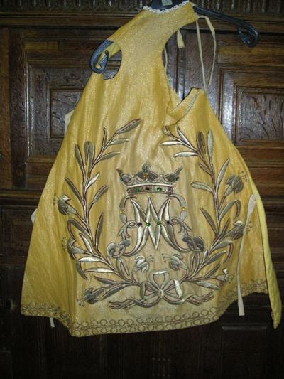 mantel en kleedjes voor het Onze-Lieve-Vrouwbeeld