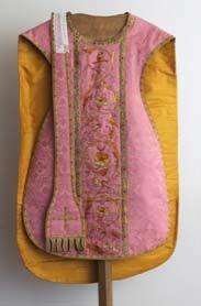 1 stola in rose damast, goud borduursel en met kruis