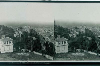 Anoniem, stereokaart met panorama van Granada en het middeleeuws paleis van Alhambra, s.d., glas.