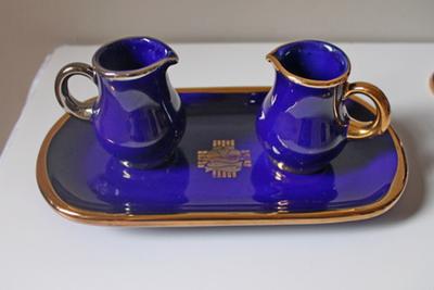 Blauwe wijn -en waterset op een bord