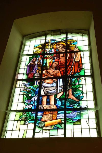 Glas-in-lood raam met voorstelling van het doopsel van Christus