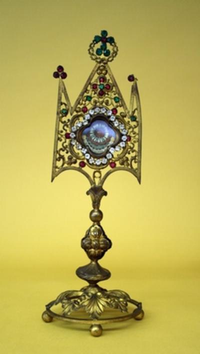 Reliekmonstrans met reliek van het graf van Maria