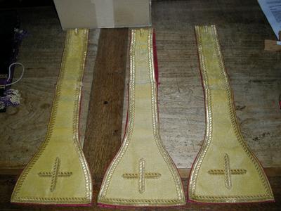 goudkleurige priesterstola, diakenstola en drie manipels