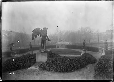 Jardin botanique de Bruxelles : Statue, corbeilles diverses et serre Victoria #0043