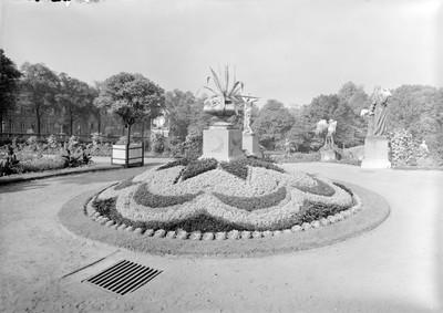 Jardin botanique de Bruxelles : Corbeilles diverses et statue #0029