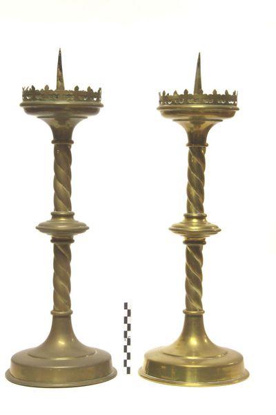 2 kandelaars - altaarkandelaars in geelkoper