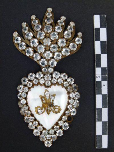 medaillon in hartvorm met glasparels ? en gouden Maria opschrift