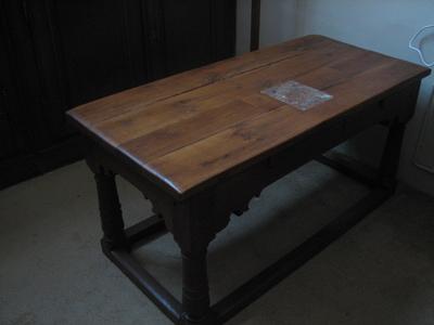 Tafel in de sacristie (voormalige altaartafel met altaarsteen)