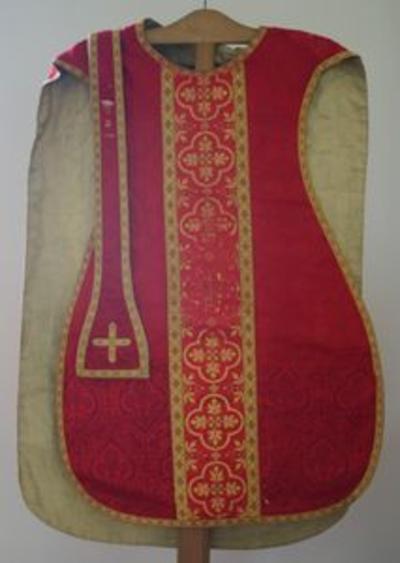 Rode kazuifel met bijhorende stola manipel en bursa