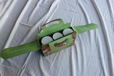 Cadeauverpakking voor drie bokalen met fruit op siroop