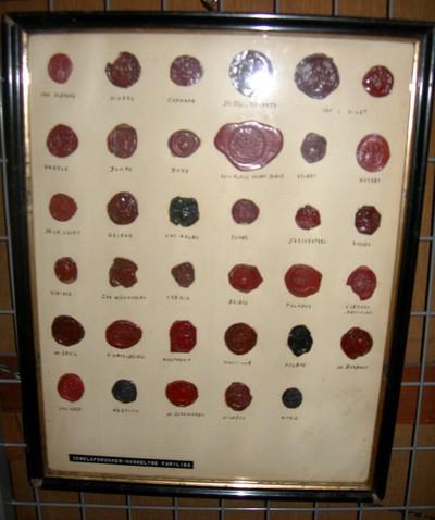 Anoniem, Zegelafdrukken met wapenschild van Hasseltse families, in lijst achter glas, s.d., zegellak.