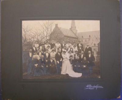 A. & C. Blanckart Frères, familieportret met bruidspaar met op achtergrond een kerk, s.d., op karton.
