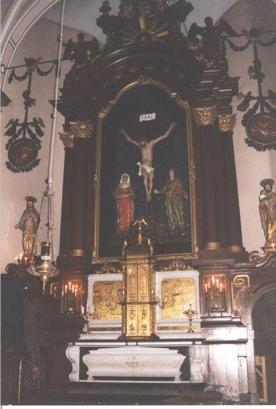 altaar: hoofdaltaar - portiekaltaar in oa witte en zwarte marmer; altaar met predella, tabernakel en beeldengroep Calvarie