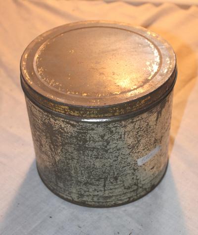 Grote metalen doos om stroop te verpakken