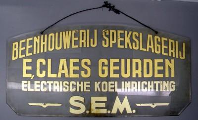 Anoniem, glazen uithangbord 'Beenhouwerij - Spekslagerij E. Claes-Geurden electrische koelinrichting S.E.M.', eerste helft 20e eeuw, glas.