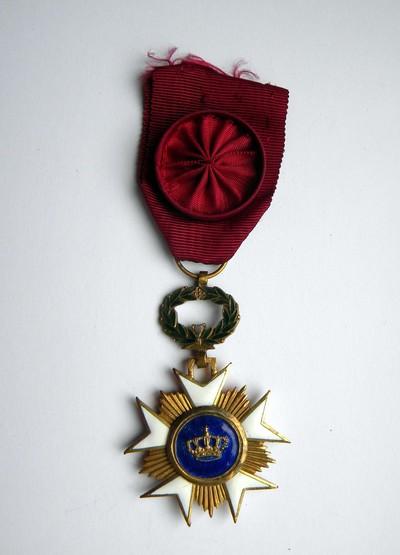 Anoniem, erekruis van Officier in de Kroonorde, uitgereikt aan burgemeester Bollen in 1963 voor zijn verdiensten als burgemeester en dokter, verguld metaal en email.