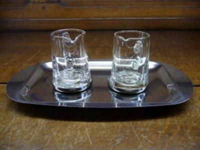 schaal met glazen kannetjes