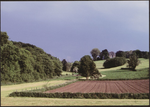 Voeren, landschap met veldkruis. Het golvende Voerense landschap wordt gevormd door de riviertjes de Voer, Brewijn (sic), Gulp, Veurs en de Noorbeek. Het harmonieus samengaan van prachtige natuur met traditionele landbouwbedrijven, oude dorpskernen, kapelletjes en kastelen maakt van de voerstreek (sic) een boeiend cultuurlandschap