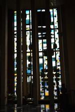 Twee glasramen in het koor
