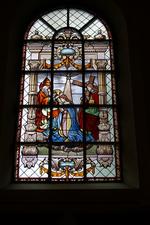 Glas-in-loodraam 'Kroning van Maria'.