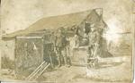 Foto van twee Belgische soldaten voor een gebouw.