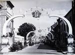 Foto: straatversiering: Maastrichtersteenweg (Virga Jessefeesten, Hasselt, 1947)