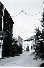 Foto: straatversiering: Dorpsstraat - Isabellastraat (Virga Jessefeesten, Hasselt, 1947)