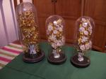 Glazen stolp met porseleinen vaas en bloemversiering