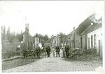 Duitsers tussen de ruïnes van de Dorpstraat in Lummen.
