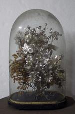 Kunstbloemen onder stolp