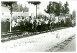 Opbreken van tramrails door Duitse soldaten.