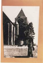 Herman Teirlinck aan de kerk van Beersel.
