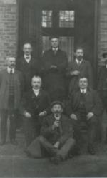 Aalmoezenier Coenegrachts en personeel van het voormalige Gesticht te Rekem