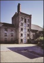 Wellen (Ulbeek). Brouwerij Haeyen (St. Rochus). In 1839 vestigt deze lokale brouwerij zich in een lemen huis, dat vanaf 1890 uitgroeit tot een heus industrieel complex. In 1895 krijgt de brouwerij er een jeneverstokerij en vetmesterij met 150 ossen bij. In 1930 werd tevergeefs getracht in te spelen op de fruitproductie door de inrichting van een appeldrogerij. Sedert 1960 verdween stilaan de volledige industriële inboedel. Momenteel is in het statige brouwershuis het heemkundig museum gevestigd