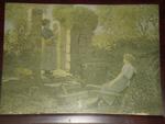 Vrouw met kind in tuin