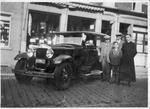 Personen poseren met auto voor Gran Bazar