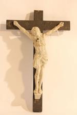 Metalen Jezus op Houten Kruis